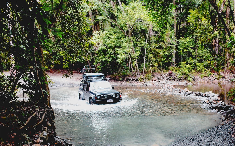 Nissan Patrol traverse une rivière dans le Nord de l'Australie