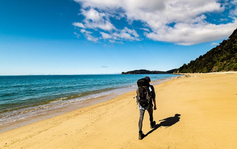 Randonnée dans le parc national d'Abel Tasman en Nouvelle-Zélande sur la plage