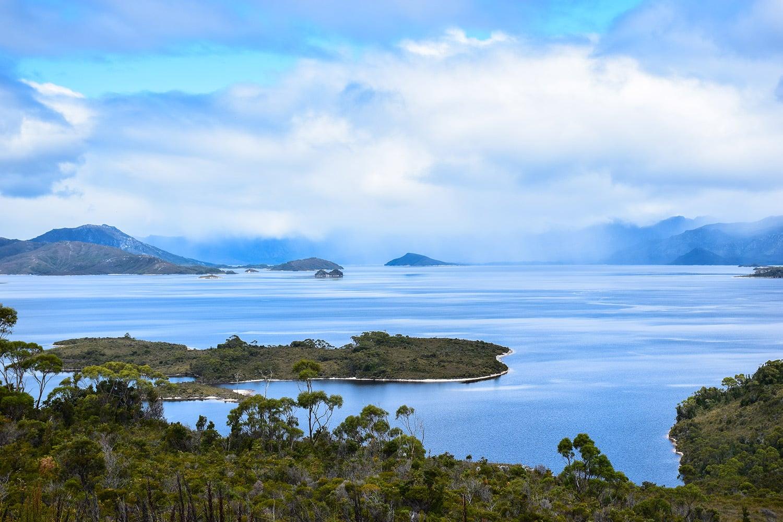 Lake Gordon sur l'île de Tasmanie