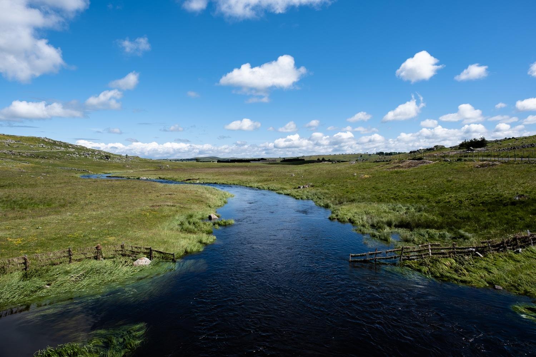 paysage du plateau de l'Aubrac rivière le Bès