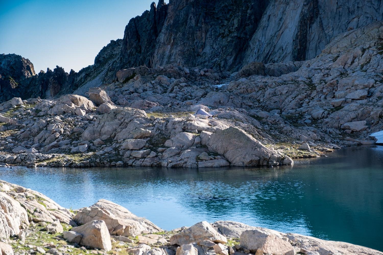 Campement au bord d'un lac des Pyrénées
