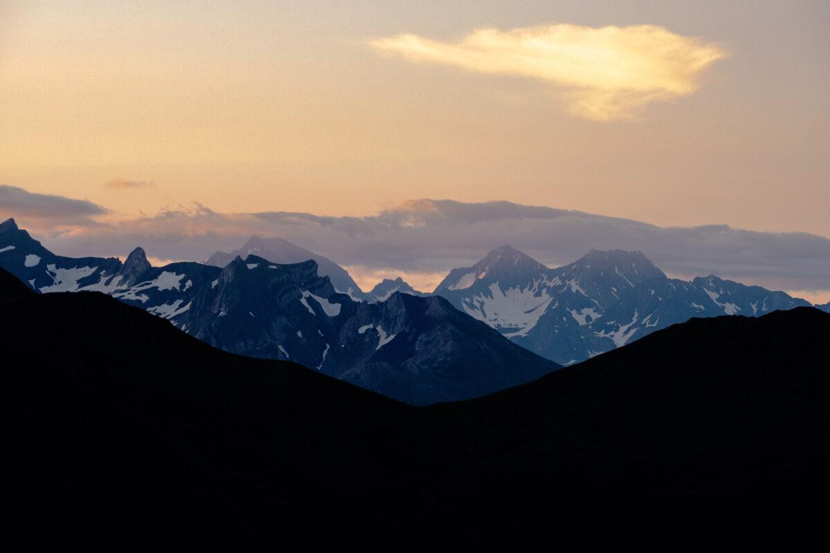 Lever de soleil en vallée d'Ossau durant une randonnée de 3 jour autour du pic du Midi