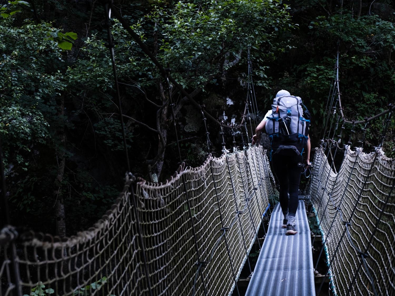 Passage sur pont suspendu dans les gorges de la Carança