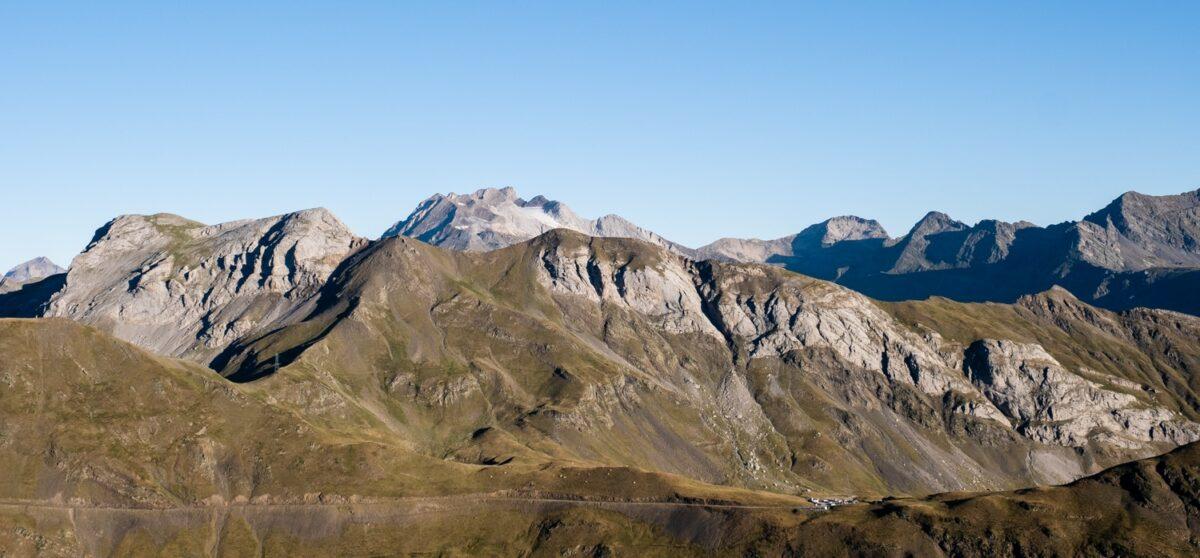 Vue sur le col des Tentes et le vignemale en fond au départ de la randonnée pour le Mont Perdu