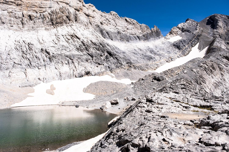 étang glacé du marboré et vue sur le mont perdu