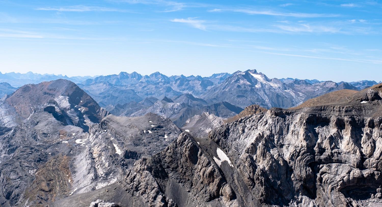 vue sur le massif du vignemale depuis le mont perdu