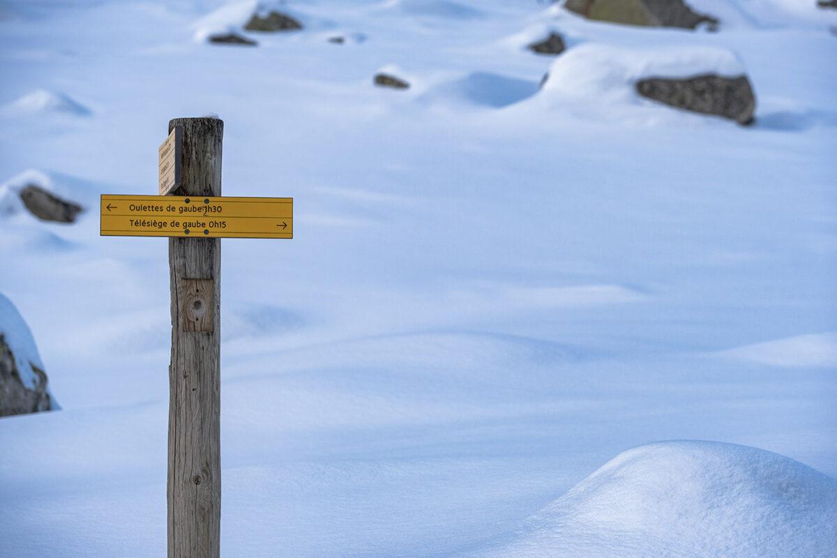 Panneau d'indication près du lac de Gaube en hiver
