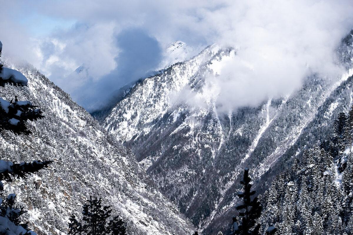 Vue des montagnes enneigées depuis le chemin du Lac de Gaube