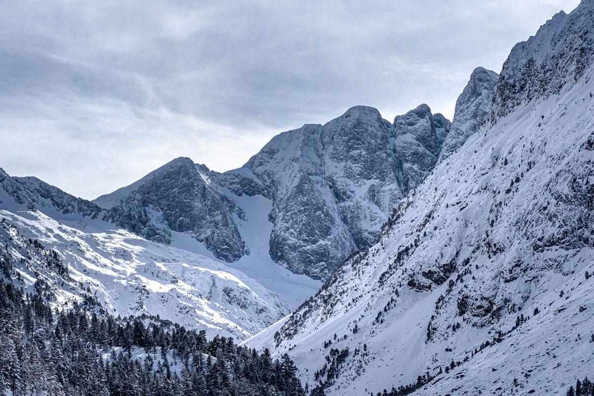 Vue sur le Pic du Vignemale depuis le lac de Gaube en hiver