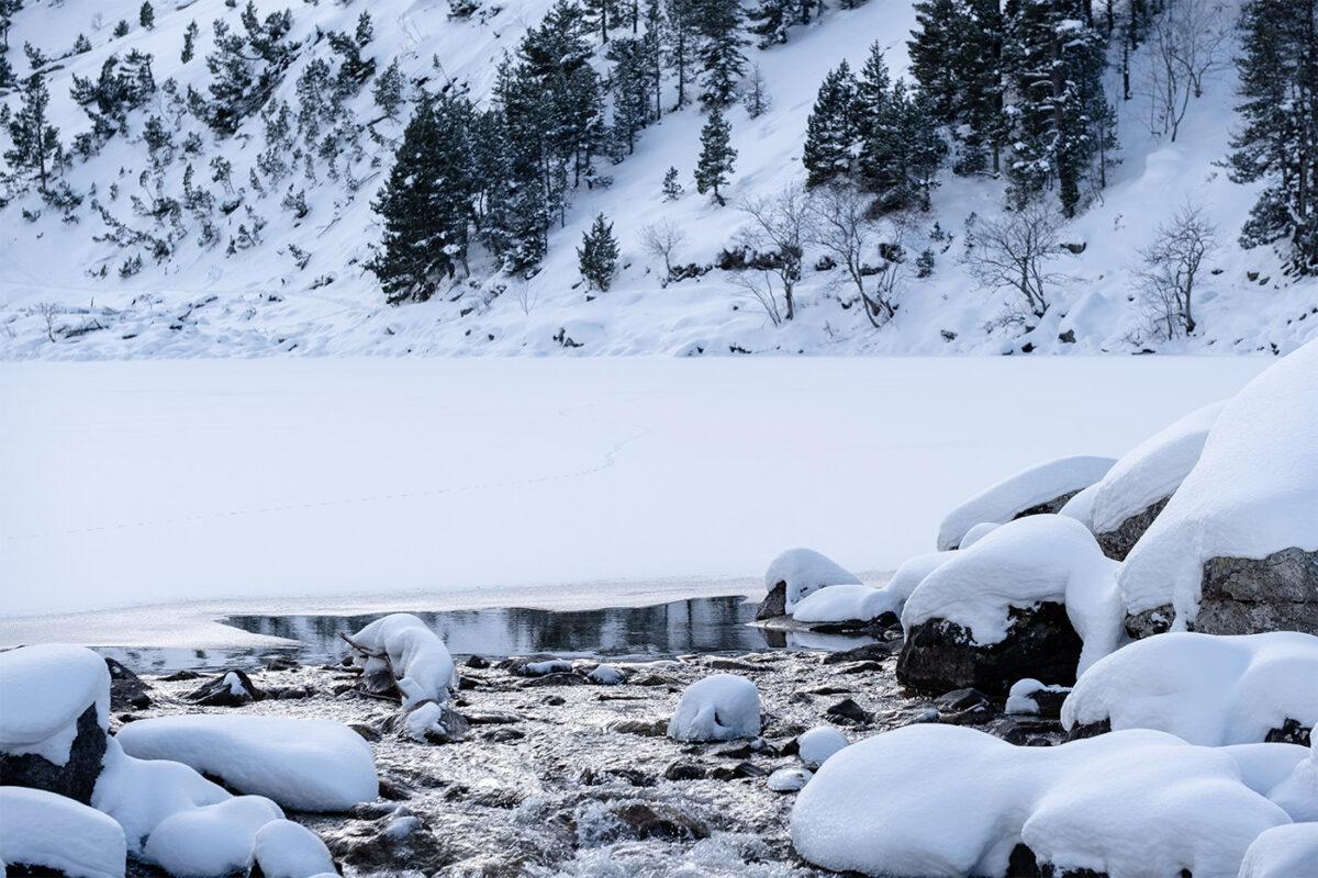 Le Lac de Gaube sous la neige