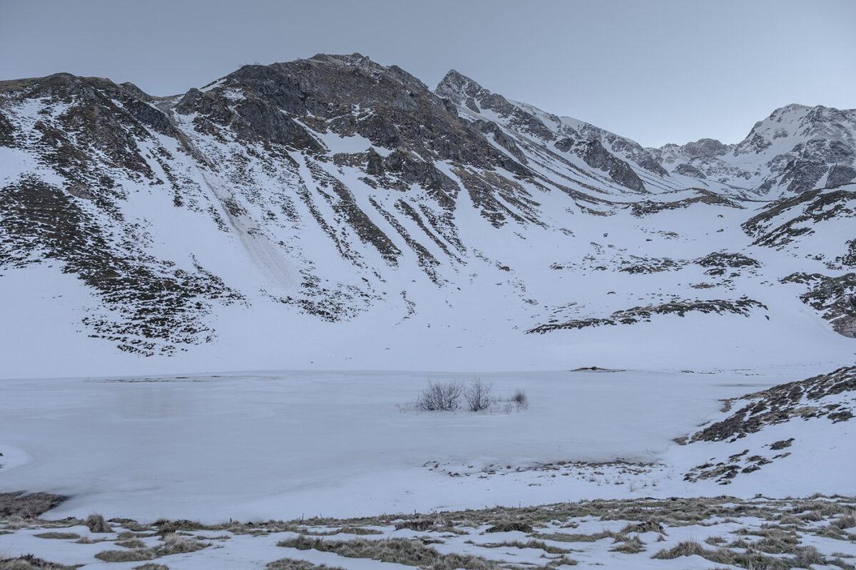 Lac d'Aygue Rouye gelé et sous la neige