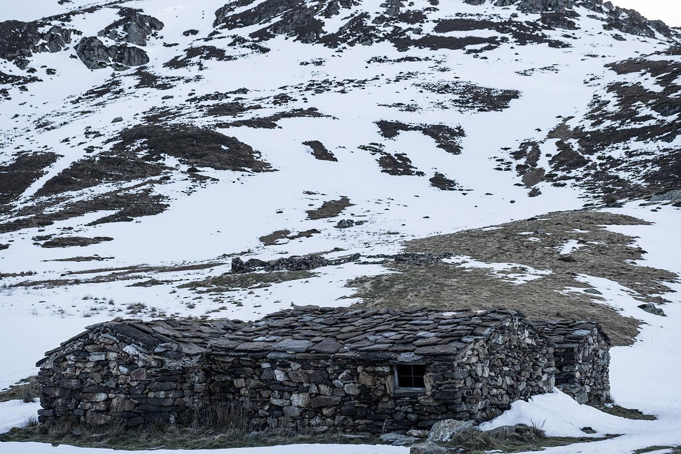 Cabane en pierre au lac d'Aygue Rouye