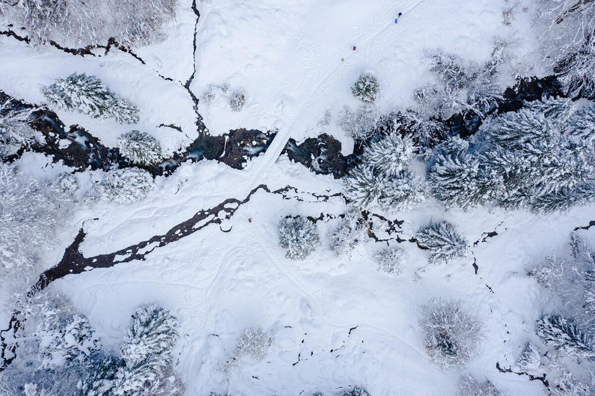 photo aérienne montagne en hiver avec un drone