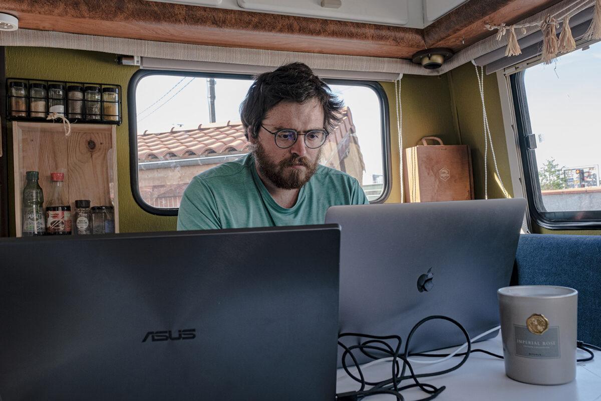 Travailler sur son ordinateur dans son camping-car nécessite des panneaux solaires