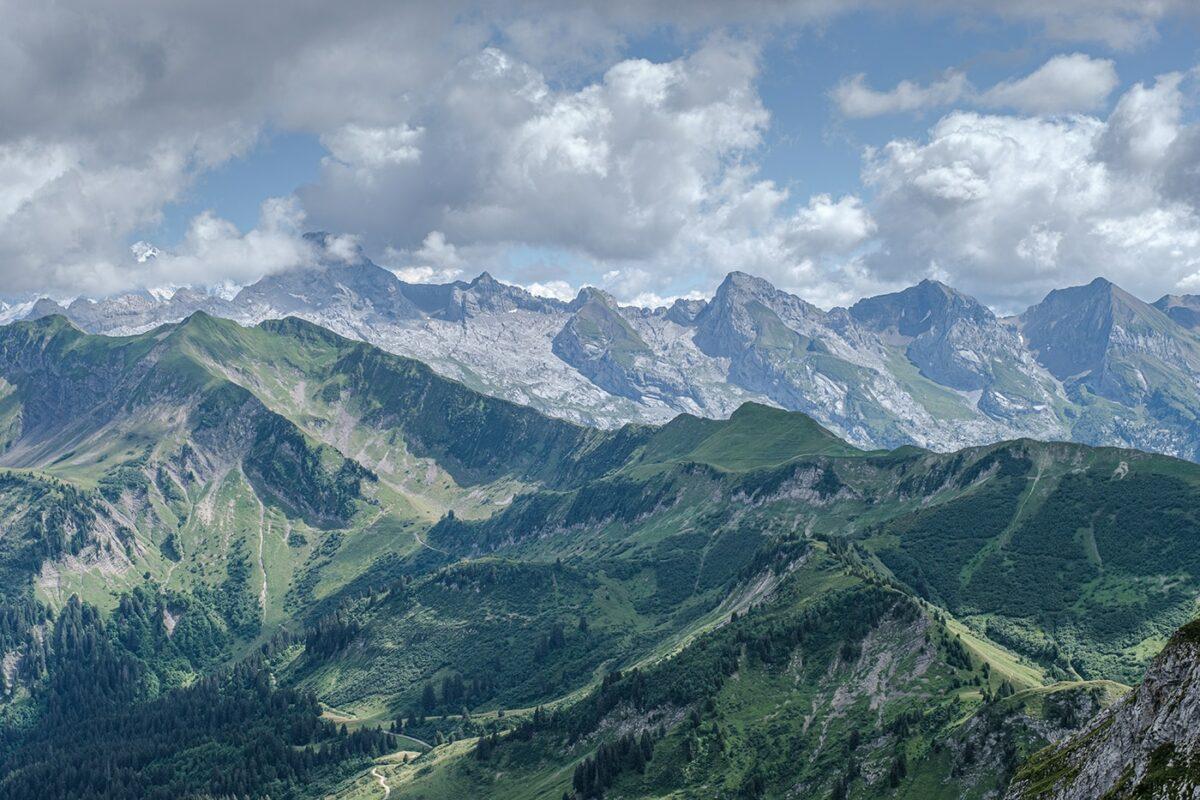 Vue sur les montagnes depuis le lac de Peyre