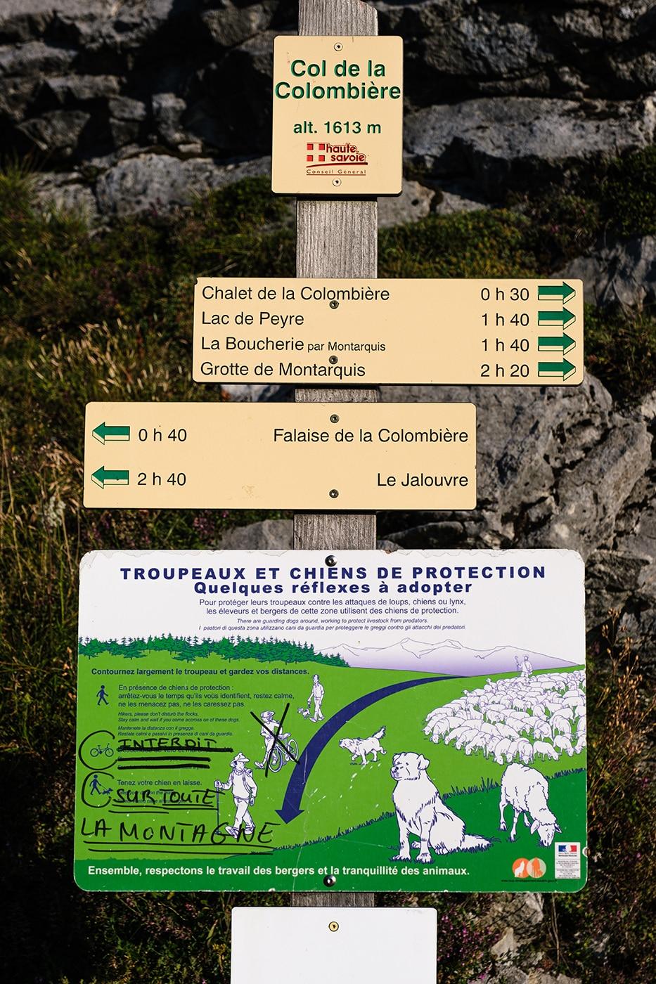 Panneau indiquant le lac de Peyre depuis le col de la Colombière