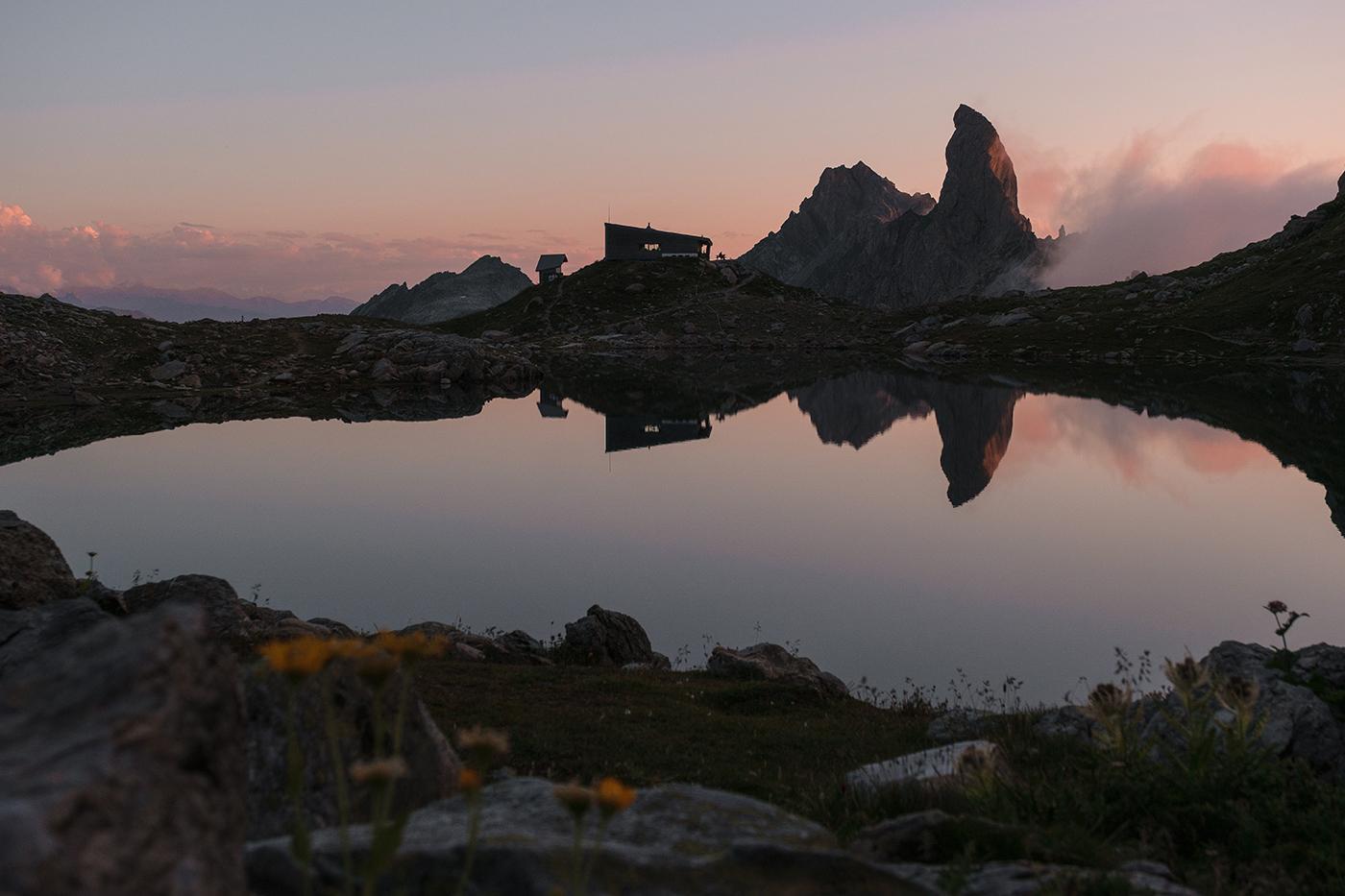 Reflet du refuge de Presset et de la Pierra Menta dans le lac